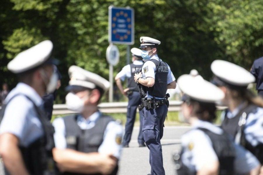Αστυνομικοί έκοψαν πρόστιμο €500 σε πολίτη επειδή αερίστηκε δυνατά