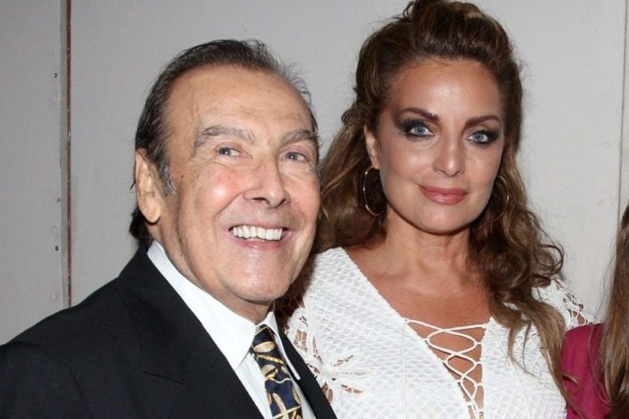 Τόλης Βοσκόπουλος: Σχεδόν αγνώριστος σε ταβέρνα με την Αντζελα Γκερέκου